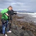 """Olli Behrens bei der Arbeit. Die Kamera ist sein Freund. Dreharbeiten für die Doku """"Auf der perfekten Welle."""" Fuerteventura, November 2014"""