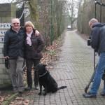 """Fußball-Legende Willi """"Ente"""" Lippens vor seinem Anwesen in Bottrop mit Frau und Hund."""