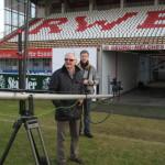 """Dreharbeiten Doku Willi """"Ente"""" Lippens. Ente an alter Wirkungsstätte, im Georg Melches Stadion von Rot Weiß Essen."""